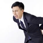 背中の痛みが真ん中に出ている時に考えられる2つの原因とは?