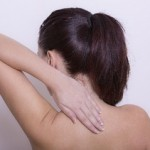 背中の痛みが左側だけに出るのは病気のサインかも?考えられる病気とは?